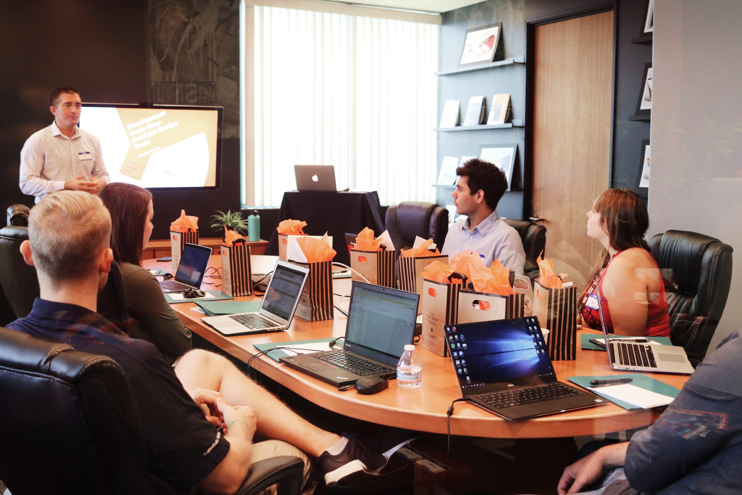 若者のオフィスの画像